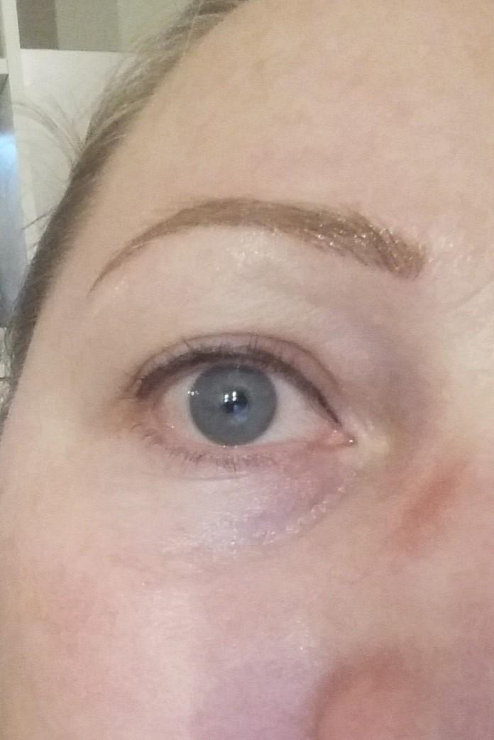 Vaseline auf den Augenbrauen vor und nach
